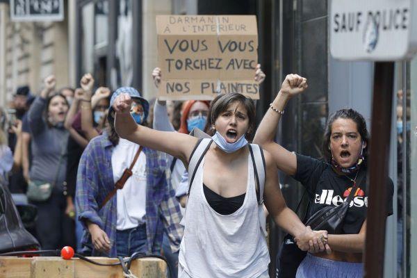 Des militantes féministes qui manifestent contre la nomination de Gérald Darmanin durant sa passation de pouvoir.