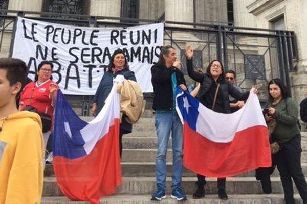 Les ressortissants chiliens se sont rassemblés devant les 24 colonnes contre le Président du Chili