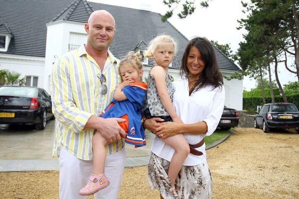 Frédéric Vanderwilt et Barbara Gandolfi avec leurs enfants à Ostende en 2009.