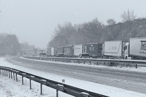 Les camions ont été mis à l'arrêt par les gendarmes sur l'A20 vendredi 9 février 2018 en raison des nombreuses chutes de neige