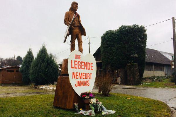 De nombreux fans déposent des fleurs au pied de la statue