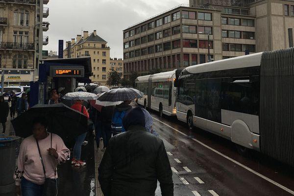 Rouen :  affluence (avec des abris trop petits)  à l'arrêt de bus de la ligne TEOR du théâtre des arts à l'automne 2019