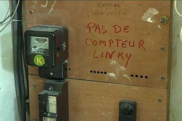 Dans cet immeuble marseillais le message est clair pour les sous-traitant d'Enedis qui viennent installer les nouveaux compteurs Linky.