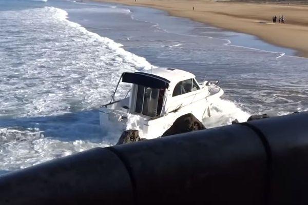 Le bateau type Pêche promenade s'est échoué sur la plage. Il a manqué l'entrée du port, projeté par une vague de l'autre côté du phare de Capbreton.