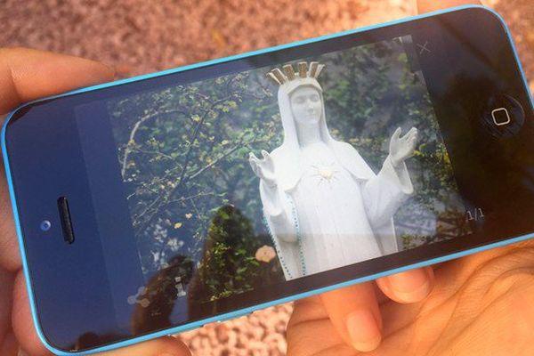 Faire bénir son smartphone au sanctuaire de Beauraing en Belgique, acte de foi, ou remède aux plantages ?