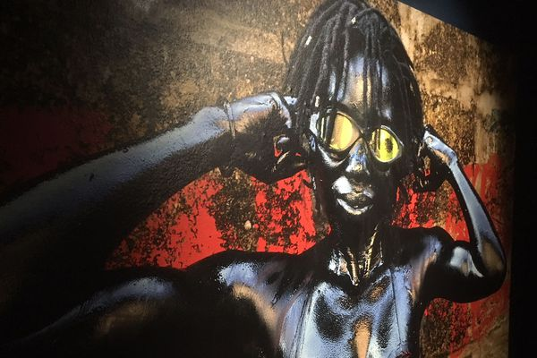 """Pour l'exposition """" Kinshasa Chroniques """", Julie Djikey a posé dans les rues de la capitale pour dénoncer la pollution atmosphérique - 23 octobre 2018"""