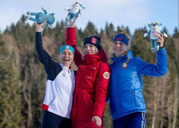 Jeanne Richard, la Française (à gauche) aux côtés d'Alena Mokhova (centre) et Yuliya Kavaleuskaya (droite) sur le podium du 10 km.