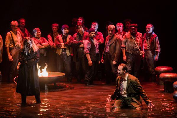 La représentation se déroule dans l'eau, pour rappeler l'ambiance maritime de l'opéra de Wagner.