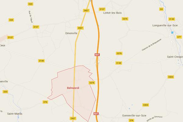 L'accident a eu lieu à l'intersection de la D927 et de la D149, à la limite des communes de Belmesnil et de Omonville.