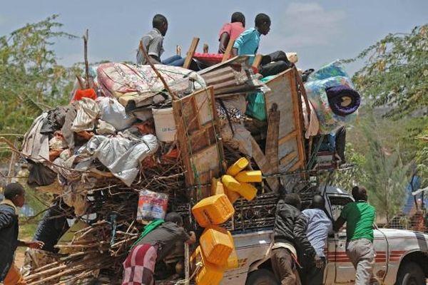 Réfugiés somaliens dont les abris de fortune faisaient partie des dizaines de maisons et échoppes détruites par des soldats agissant sous les ordres du gouvernement somalien. Camp de réfugiés de Sarkusta, sud de Mogadiscio, 4 mars 2015.
