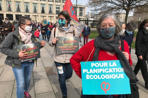 Dans les grandes villes de Normandie, des rassemblements ont eu lieu pour dénoncer le projet du gouvernement issu de la convention citoyenne pour le climat, examiné lundi 29 mars à l'Assemblée nationale, qui ne va pas assez loin, selon ses détracteurs.