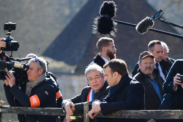 14/02/2019 - Emmanuel Macron en visite à Gargilesse-Dampierre , en discution avec le maire et président des maires ruraux de France, Vanik Berberian.