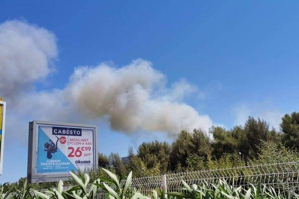 Le panache de fumée de l'incendie de la Garde, visible à plusieurs kilomètres.