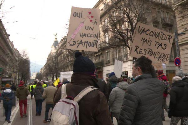 Quelques centaines de personnes ont manifesté à Grenoble pour dénoncer la gestion de la crise sanitaire.