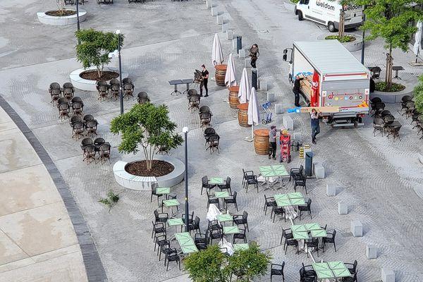La place de la République à Limoges prépare ses terrasses pour la réouverture du 19 mai.