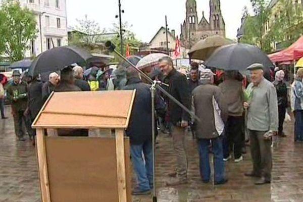 A Moulins, malgré la pluie, près de 150 personnes ont participé au traditionnel défilé du 1er mai.