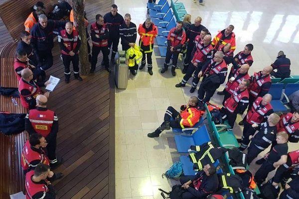 Trois sapeurs-pompiers de l'Hérault ( centres de secours de Cassagnoles, Lunas et La Paillade) ont rejoint un détachement de 50 sauveteurs du Sud de la France pour une mission de 15 jours dans le cadre de la solidarité internationale avec l' Albanie.