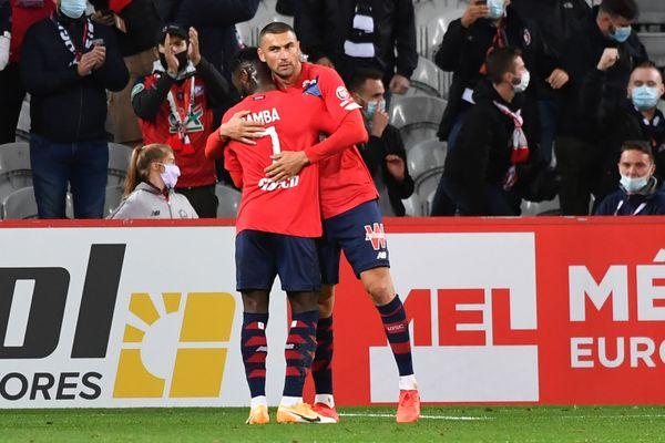 Burak Yilmaz est félicité par Jonathan Bamba après son but sur penalty, vendredi lors de la victoire du LOSC contre Nantes (2-0).