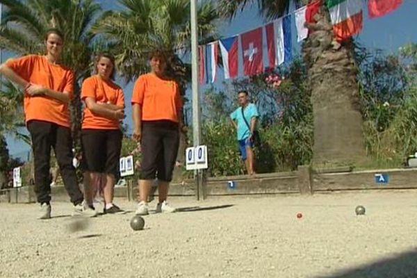 L'équipe féminine de pétanque française en orange.