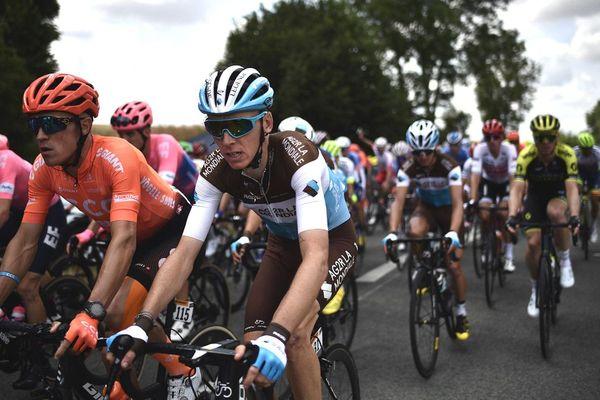 Le Français Romain Bardet monte avec le peloton lors de la 3e étape de la 106e édition du Tour de France, entre Binche et Epernay, le 8 juillet 2019