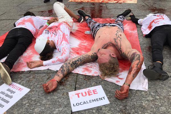 Sur la place Kléber, l'association 269 Life France a reconstitué un abattoir où ce sont les êtres humains qui sont tués.