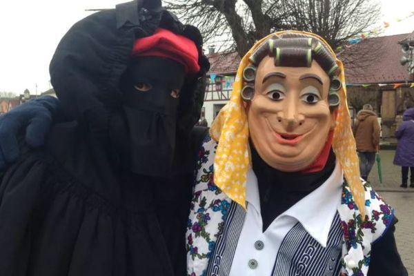"""Souvenir de la 40e édition en 2016 : les """"grands-mères"""" sont les personnages emblématiques du carnaval de Mothern."""