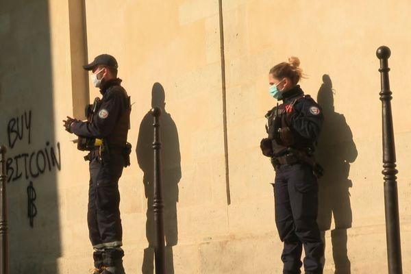 Une patrouille de police, organisée samedi après-midi au centre de Paris.