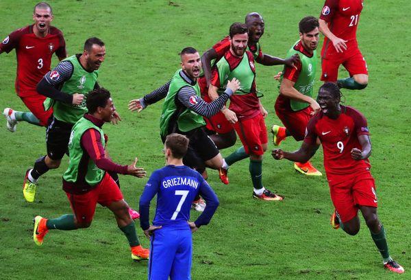 Eder (à droite) célébrant son but victorieux contre la France en finale de l'Euro 2016