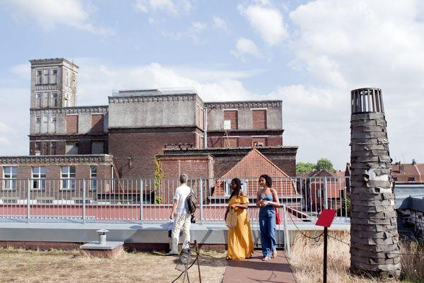 Photographie prise sur les toits de la Condition Publique, haut lieu de culture à Roubaix installé dans une ancienne usine de conditionnement de laine et de soie.