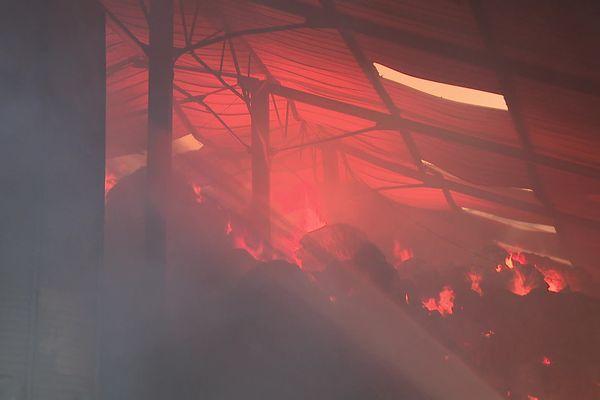 Une faible partie humide à l'intérieur d'une botte de foin peut suffire pour démarrer un incendie.