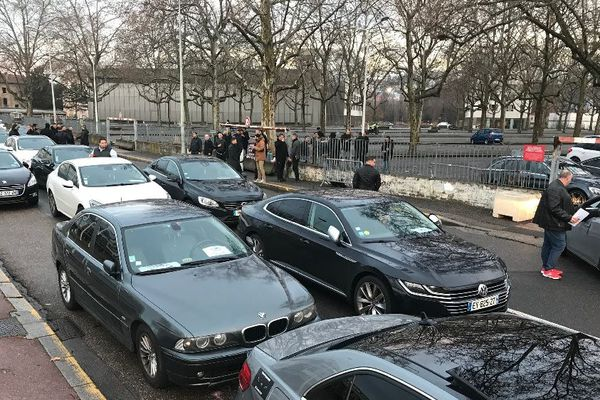 Lyon : opération escargot des conducteurs de VTC prévue ce vendredi matin 31 janvier 2020. Vers 8h, près de 30 véhicules étaient rassemblés devant le Palais des Sports de Gerland (7e). Près de 120 VTC attendus.