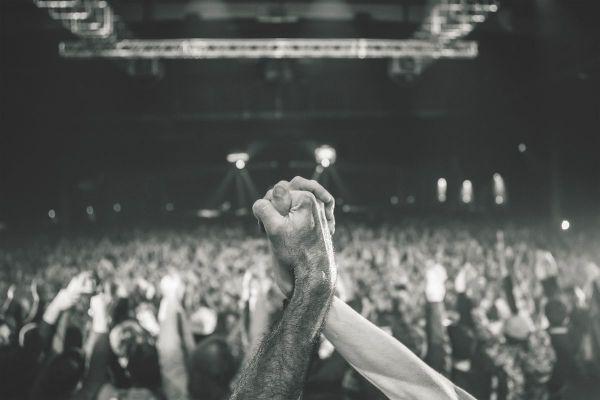 14 novembre 2015, le lendemain des attentats au Bataclan, le festival Les Z'Eclectiques se déroule à guichet fermé. Le collectif CLACK capture l'hommage aux victimes rendu par les artistes et le public.