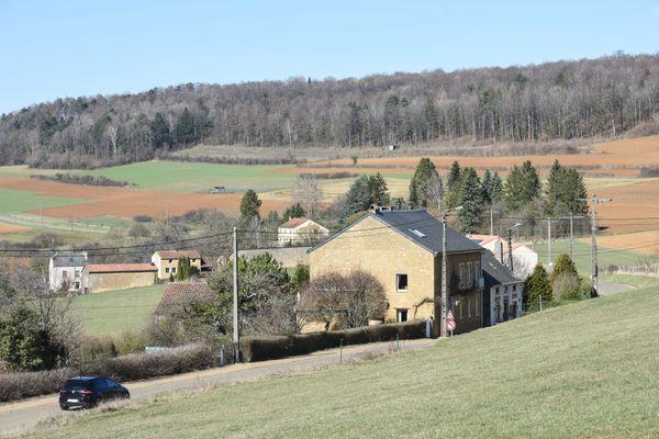 Une maison à la campagne avec beaucoup de terrain autour. le rêve des citadins qui ont vécu le confinement