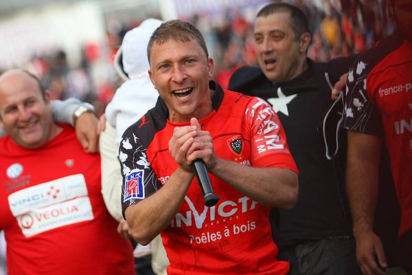 Avril 2011, le Toulonnais demi de mêlée international Pierre Mignoni lance un Pilou-Pilou, cri des supporters du RCT au stade Mayol.