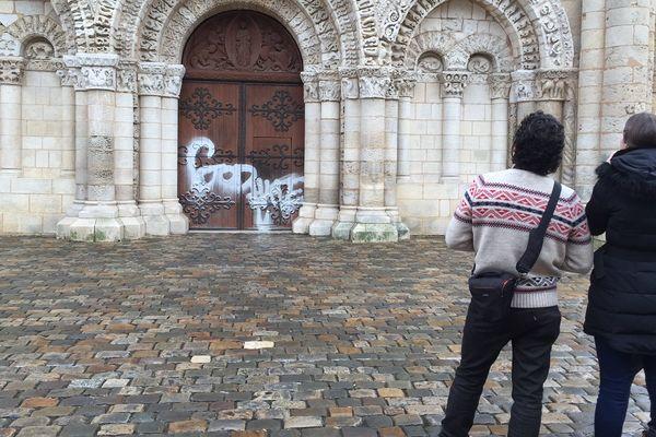 Les paroissiens ont découvert l'inscription ce matin.