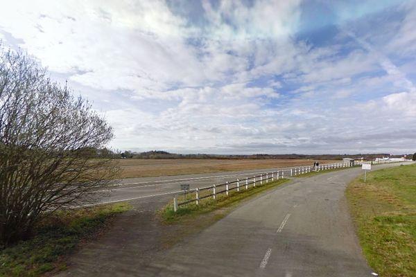 Vue d'un champ à proximité de l'aérodrome de Dinan, en Côtes-d'Armor.