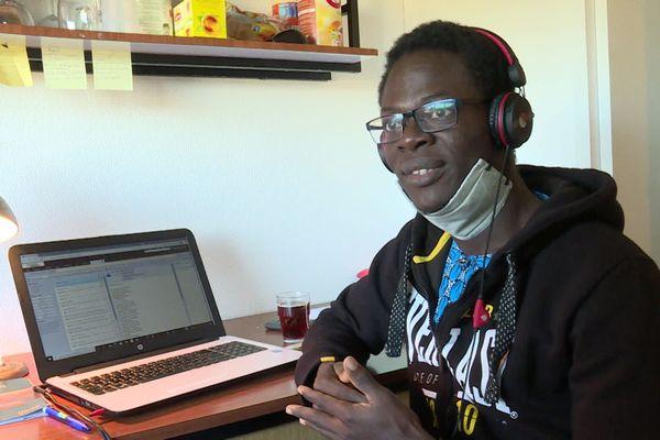 Jeraud Akouedji, étudiant en master d'économie à Bordeaux, vit ce confinement plus facilement que le premier.