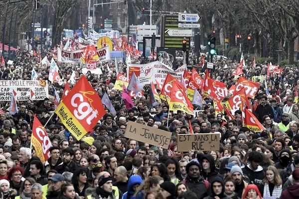 Le 5 février, près de 10 000 personnes défilaient dans les rues de Toulouse dans le cadre de la journée de grève générale.