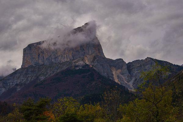 Avec sa forme caractéristique, le Mont Aiguille culmine à 2087 m d'altitude.
