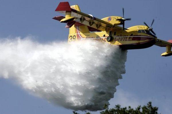 3 canadairs combattent actuellement les flammes à Saint Pargoire.