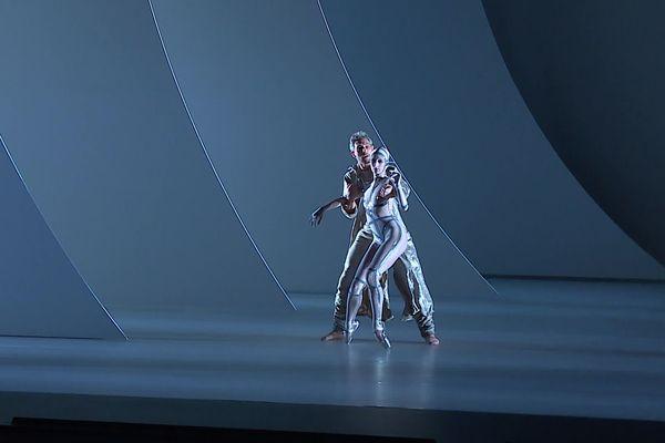 """""""Comme toujours chez moi, la danse n'est pas là pour être une démonstration mais elle est là pour être au service d'une narration."""" Jean-Christophe Maillot"""