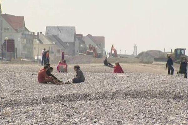Cayeux-sur-Mer : tractopelles et trouristes cohabitent durant les vacances