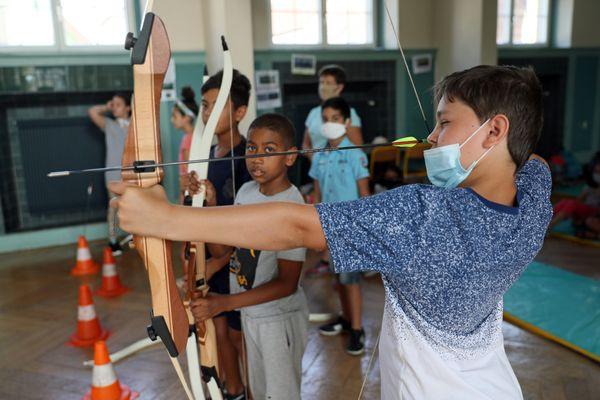 """Dans des domaines comme le sport, la culture, les langues étrangères, les sciences, ou encore le développement durable, de nombreuses activités sont proposées aux enfants dans le cadres des """"vacances apprenantes""""."""