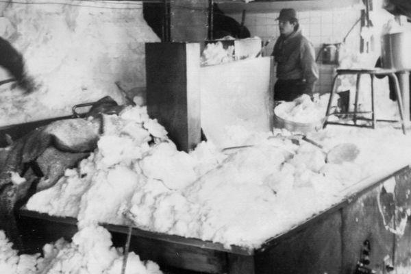 Des sauveteurs déblayent la cuisine du bâtiment de l'UCPA envahie par la neige suite à l'avalanche du 10 février 1970.