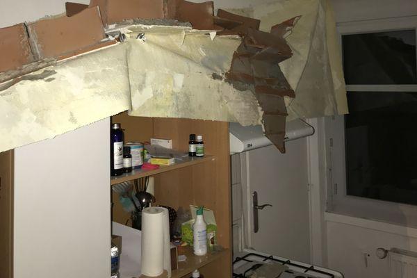 La cuisine ainsi qu'une partie de l'appartement sont désormais équipées d'étais afin d'éviter un autre effondrement