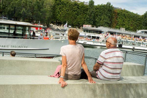 Deux retraités sur les berges de la Seine.