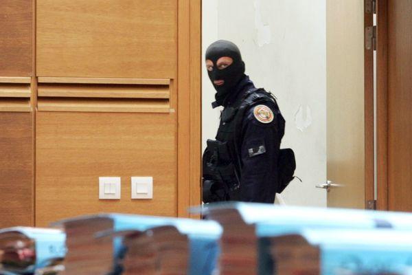 Un policier de la GIGN se tient près de dossiers avant l'ouverture du procès le 21 mai 2007 devant la cour d'assises des Bouches-du-Rhône, à Aix-en-Provence, de six hommes soupçonnés d'appartenir au grand banditisme corse.