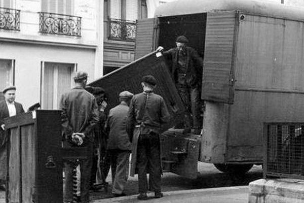 Des prisonniers du camp de Drancy chargent des œuvres spoliées par les nazis à des personnes juives.