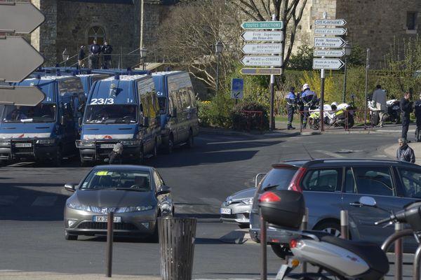Les forces de l'ordre positionnées non loin des Jacobins au Mans, le 26 mars 2019
