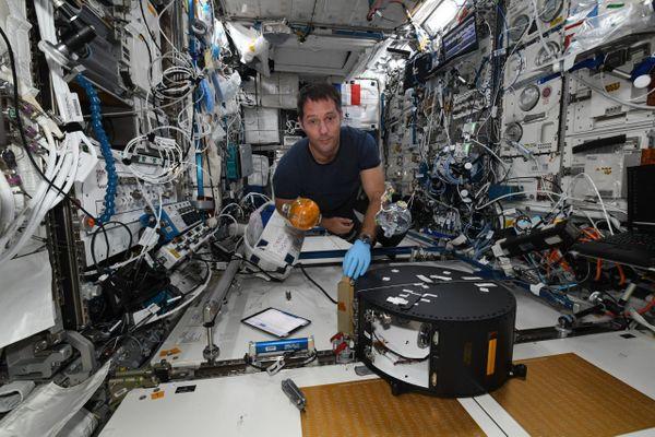 Pensée pour Marseille de l'astronaute français Thomas Pesquet à bord de la station station spatiale internationale (ISS).